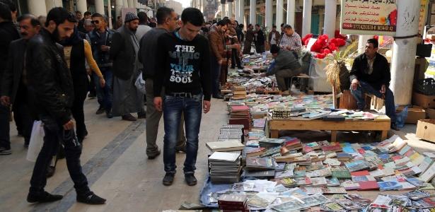 23jan2015---feira-de-livros-na-rua-al-mutanabi-no-centro-de-bagda-em-janeiro-militantes-do-estado-islamico-invadiram-a-biblioteca-central-de-mosul-no-norte-do-iraque-1424867783082_615x300